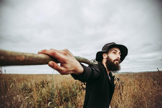 muž, pole, klobouk, kláda