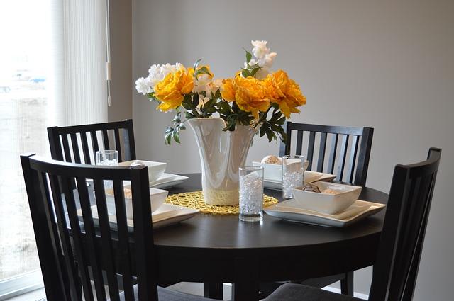 černý jídelní stůl