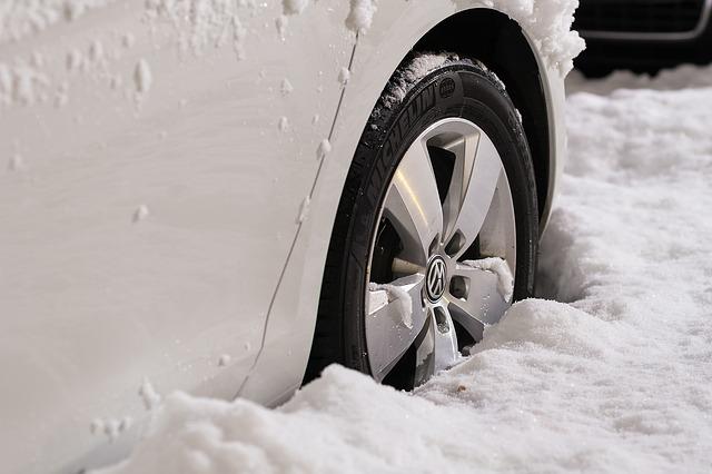 kola ve sněhu