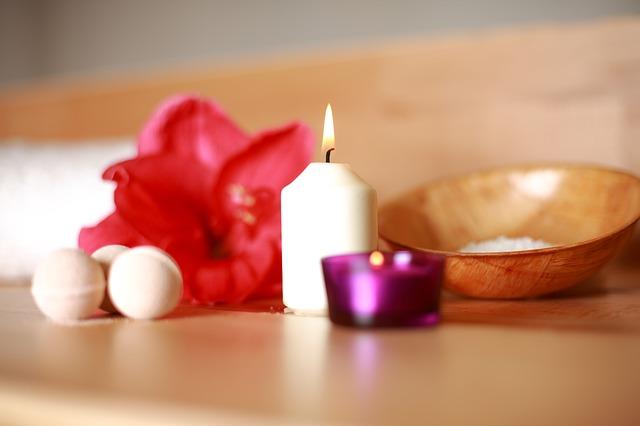 svíčka u květin