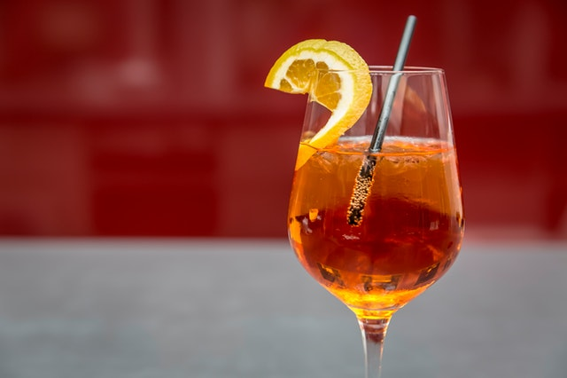 sklínka alkoholu s citronem
